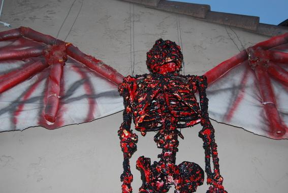 Looking for a winged Skeleton-2010-10-09-halloween-009.jpg
