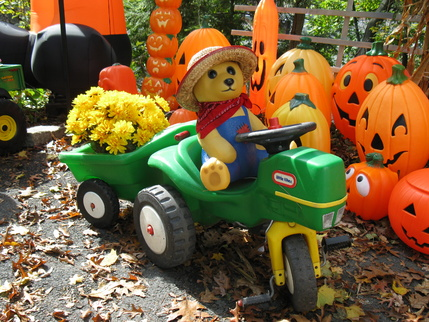 Using Little Tikes Outdoor Play Toys as Halloween Props-pumpkin-stand-2011-27-.jpg