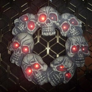 One of the must have items of the season for me! The light up skull wreath :D It had pride of place on the front door.
