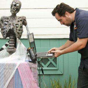 Haunt Tech Mike, setting up the Corpsemazi corpse Talking corpse by juneaustudios.com  www.juneaustudios.com  photo by mcguirephoto.com