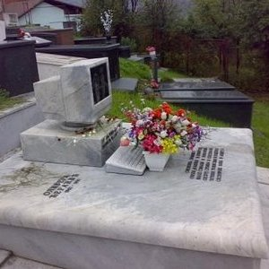 a geek built a tombstone for his pc 271007